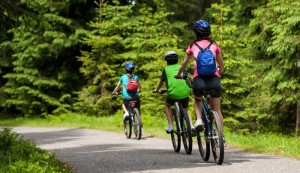 shutterstock_family-bike-ride1 (2)